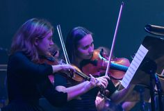 Het symfonieorkest toont The Game van Tronen in Kyiv stock foto's