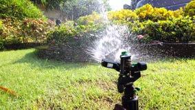 Het systeem van het aanzetsteenwater voor het water geven van installatie in de tuin wordt gebruikt, de ultrahd langzame motie di stock videobeelden