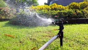 Het systeem van het aanzetsteenwater voor het water geven van installatie en bloem in de tuin wordt gebruikt, 4k die stock footage