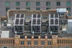 Het systeem van de Airconditionerventilatie bij de bouw van dak Luchtmening aan AC systeem op wolkenkrabber Stock Foto