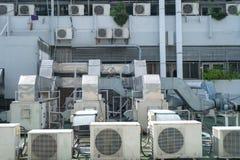 Het systeem van de airconditioningscompressor op venster van buildi wordt geassembleerd die stock afbeelding