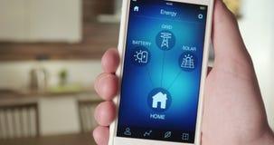 Het systeem van de controlevoeding in het huis die smartphone app gebruiken stock videobeelden