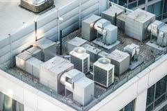 Het systeem van de luchtvoorwaarde op de bovenkant van het de bouwdak stock fotografie