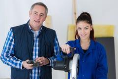 Het Systeem van de de Montagecentrale verwarming van loodgieterand female apprentice stock foto