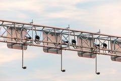 Het systeem van de toezichtcamera boven een weg stock foto's