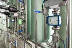 Het systeem van roestvrij staalpijpleidingen en controleapparaten om materiaal te filtreren Stock Afbeeldingen