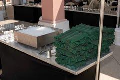 Het tafelzilver rolde omhoog in groene servetten Stock Afbeelding