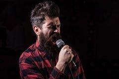 Het talent toont concept De mens met gespannen gezicht houdt microfoon, royalty-vrije stock foto
