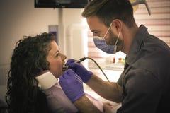 Het tandartswerk met boor op patiënt Royalty-vrije Stock Foto's