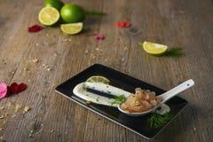 Het tandsteen van kalkgarnalen met de fondue van de buffelsmozarella, selectieve nadruk Stock Foto's
