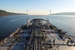 Het tankerschip gaat door de Bosphorus-Straat te werk Royalty-vrije Stock Afbeeldingen