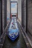 het tankerschip gaat het hijstoestel van een gigantisch schip in en overwint 38 meter in hoogte stock afbeeldingen