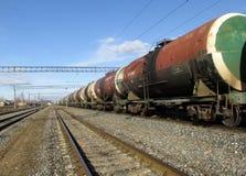 Het tankshoogtepunt van brandstof en olie op de spoorweg royalty-vrije stock afbeeldingen