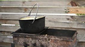 Het tarwegraangewas met vlees wordt voorbereid op de grill, komen de brand en de stoom uit grill stock footage