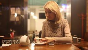 Het tayping bericht van de vrouwenkoffie stock video
