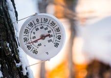 Het is te koude buitenkant analoge thermometer buiten vertoningentemperaturen bij minus 36 graden van Celsius Stock Afbeelding