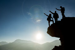 Het team bereikt top van berg Royalty-vrije Stock Foto's