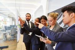 Het team bespreekt strategie planning Royalty-vrije Stock Foto's