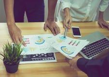 Het team dat het uitwisselings van ideeënwerk helpt Om het doel, Conceptengroepswerk te bereiken dat de technologie heeft om het  Stock Afbeelding