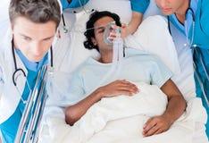Het team dat van de noodsituatie een patiënt vervoert Royalty-vrije Stock Afbeelding
