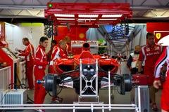 Het Team dat van Ferrari de auto van Felipe voorbereidt Massaâs Royalty-vrije Stock Fotografie