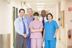 Het Team dat van het ziekenhuis zich in een Gang bevindt Stock Foto