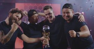 Het team die van gokkentoernooien hun overwinning vieren stock video