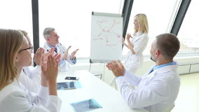 Het team van artsen bespreekt geestelijke gezondheid stock videobeelden