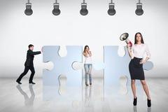 Het team van bedrijfsmensen probeert om zich bij raadsel aan te sluiten Royalty-vrije Stock Afbeelding