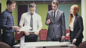 Het team van beroeps bespreekt het project, brainstorming in een commerciële vergadering stock footage
