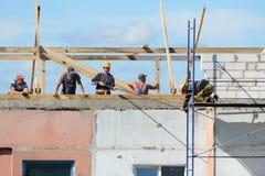 Het team van bouwers assembleert steiger voor bouwwerkzaamheid Stock Afbeeldingen
