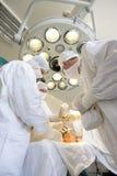 Het team van chirurgen op het werk stock afbeeldingen