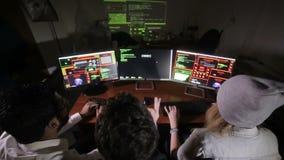 Het team van computerhakkers het werk het proberen om tot een computersysteem toegang te krijgen Mening van hierboven stock footage
