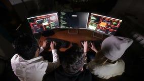 Het team van computerhakkers het werk het proberen om tot een computersysteem toegang te krijgen Mening van hierboven stock videobeelden
