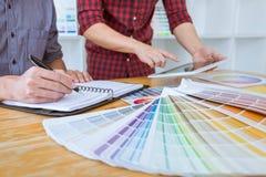 Het team van Creatieve grafische ontwerpervergadering die aan nieuw project werken, kiest selectiekleur en het trekken op grafiek royalty-vrije stock foto