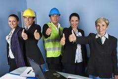 Het team van de ingenieur het geven beduimelt omhoog Stock Afbeeldingen