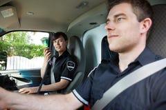 Het Team van de paramedicus in Ziekenwagen stock foto
