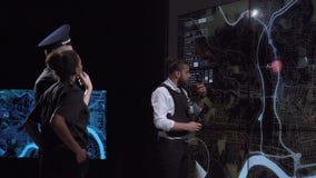 Het team van de politiecoördinatie in modern bureau stock footage