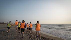 Het team van de voetbalsport is bezig geweest met jogging opleiding op zee bij zonsopgang Royalty-vrije Stock Fotografie