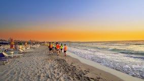 Het team van de voetbalsport is bezig geweest met jogging opleiding op zee bij zonsopgang Royalty-vrije Stock Afbeeldingen