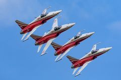 Het team van de de vormingsvertoning van Patrouillesuisse van de Swiss Air-Kracht die die de vechtersvliegtuigen vliegen van Nort stock foto's