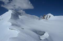 Het team van het alpinisme dichtbij grote sneeuwcarnice Stock Foto's
