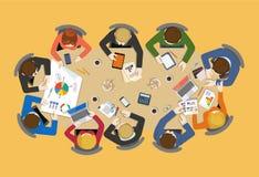 Het team van het bureaupersoneel rond lijst: vector vlak uitwisselings van ideeënrapport stock illustratie