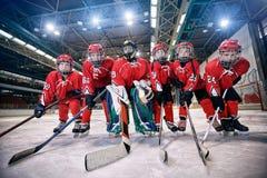 Het team van het de jeugdhockey - het hockey van het kinderenspel stock foto