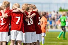 Het Team van het jongensvoetbal De Academie van de kinderenvoetbal Jonge geitjesvoetballers stock fotografie