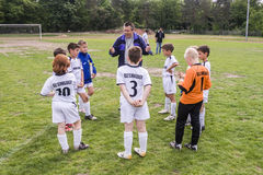 Het Team van het kinderenvoetbal met Bus Stock Foto's