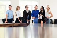 Het team van jonge succesvolle bedrijfsmensen in het bureau van st Stock Fotografie