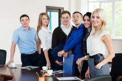 Het team van jonge succesvolle bedrijfsmensen in het bureau van st Stock Afbeeldingen
