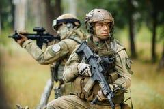 Het team van militairen is verkenning Stock Foto
