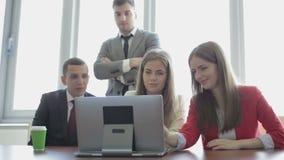 Het team van ontwerpers aan het werk in het bureau stock video